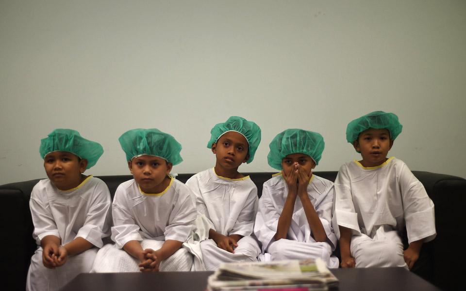 Boys-await-circumcision